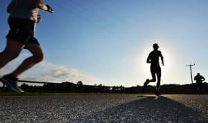 runners on street experience knee pain